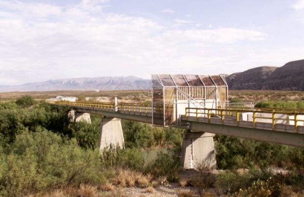 border bridge at La Linda